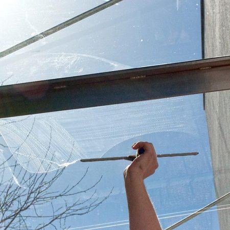 Fensterputzer Roth bei der Wintergartenreinigung.